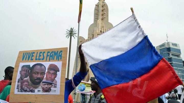 """الماليون يحملون صورة زعيم الانقلاب """"غويتا"""" خلال مظاهرة مؤيدة للقوات المسلحة المالية في باماكو"""
