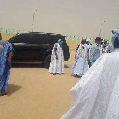 أثناء الصلاة على جثمان والدة الرئيس السابق