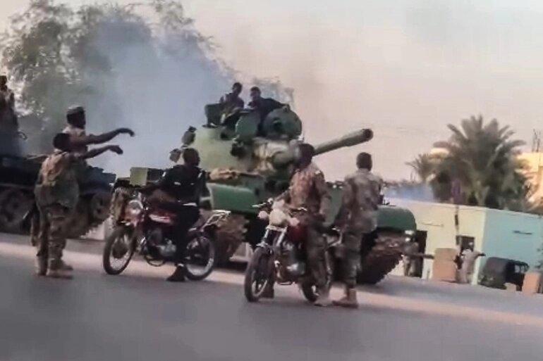 صورا لآليات عسكرية وجنود انتشروا في شوارع الخرطوم