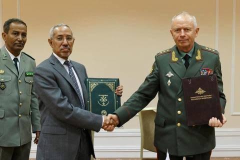 وزير الدفاع الموريتاني ونظيره الروسي خلال توقيع ابروتوكول التعاون