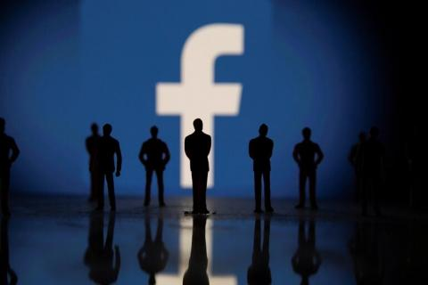 العديد من التفاصيل في الشكوى الجديدة تبدو مشابهة لشكاوى الموظفين السابقين في الشركة مما يزيد الضغط على فيسبوك