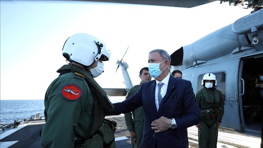 وزير الدفاع التركي وصل الجمعة إلى مطار معيتيقة الدولي في العاصمة الليبية طرابلس.